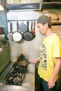 調理する店主