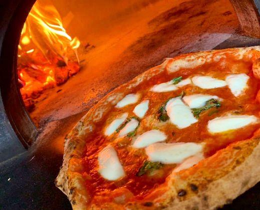 石窯で焼き上げるピッツァ