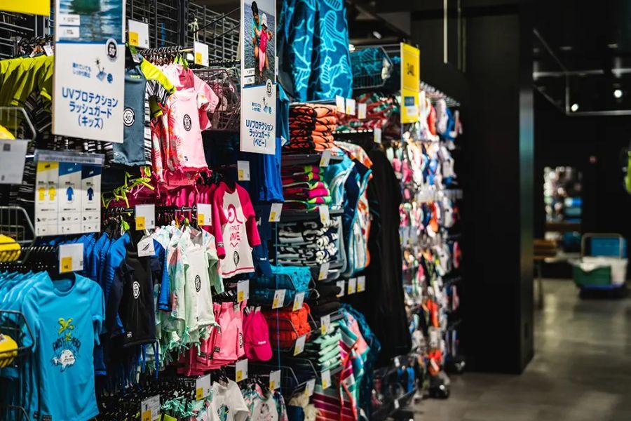ポップなデザインの商品が並ぶ売り場