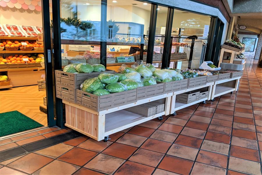 店舗前には野菜がたくさん並ぶ一品一会花のみち店