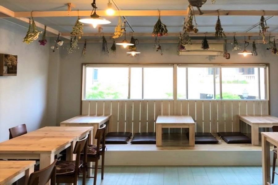 白壁に木のテーブルというシンプルモダンなパブリックキッチン