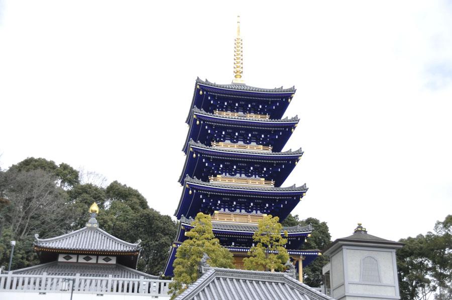 深い青色をした中山寺の五重塔