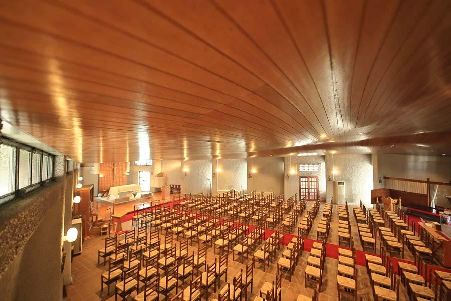 荘厳な雰囲気が漂う教会内部