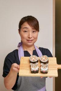 手作りのお寿司を見せる先生