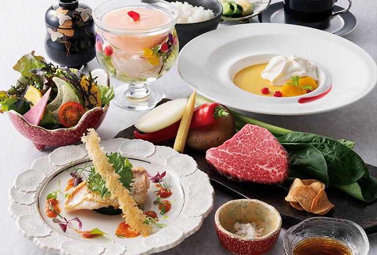 テーブルに並べられた肉や魚