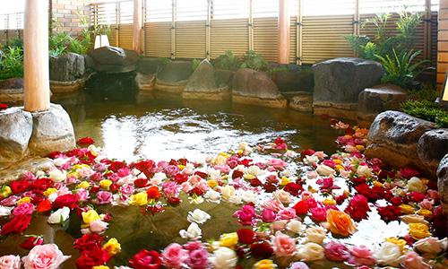 温泉に浮かべられたバラの花