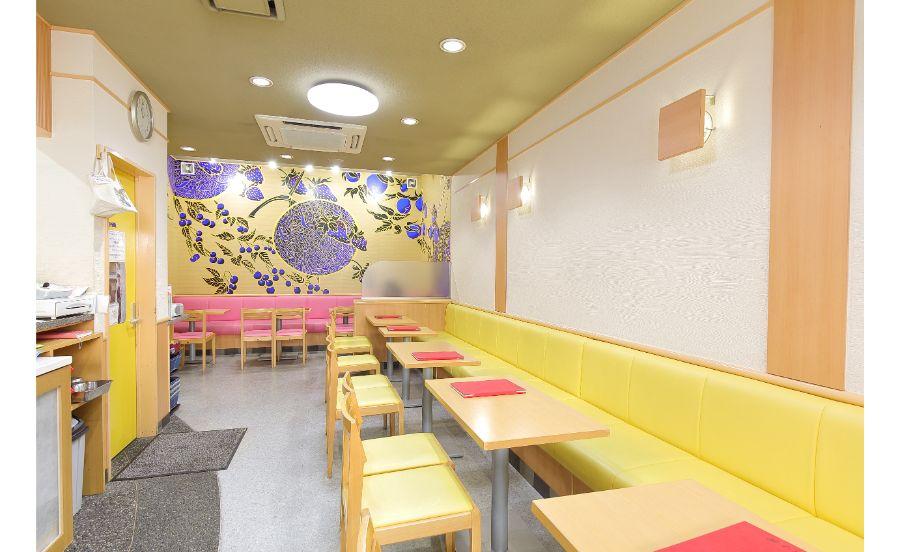 店内の目を引く木村英輝の壁画