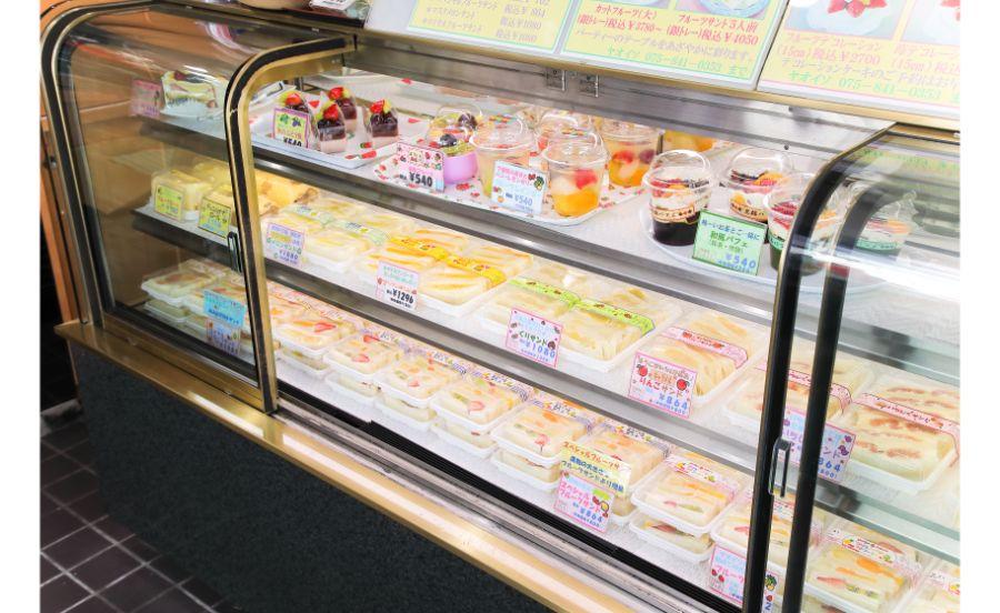 本店のショーケースにずらりと並ぶフルーツサンド