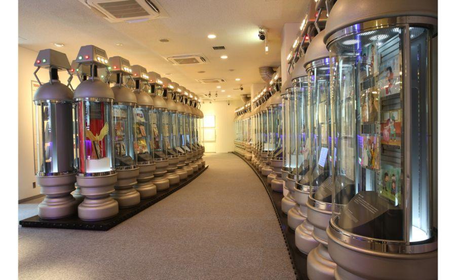 生命維持装置をモチーフにした展示棚が40本ずらりと並ぶ