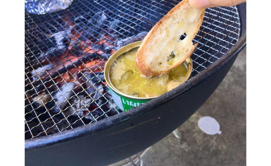 カレーの缶詰を直接火にかけて…