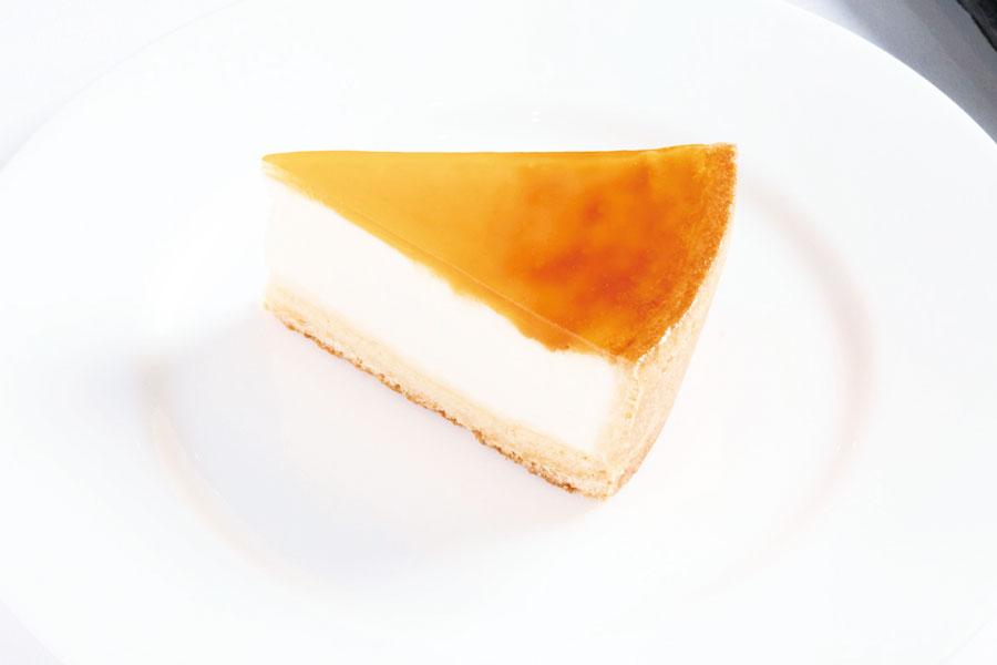 一人分にカットされたチーズケーキ