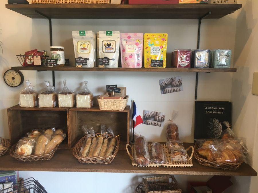 パンと紅茶が並ぶ店内