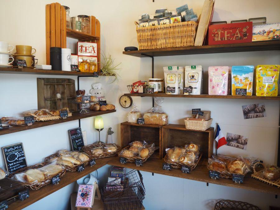 店内に並ぶ紅茶やパンにお菓子