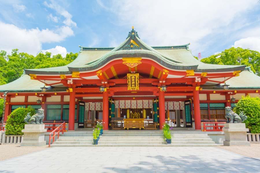 青空に朱塗りの本殿が映える西宮神社