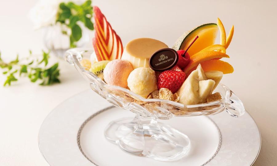 フルーツやアイスで飾られたプリンアラモード