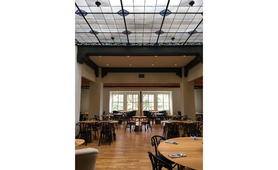 カフェテリアの天井は、六甲山ホテルで使用されていたステンドグラス