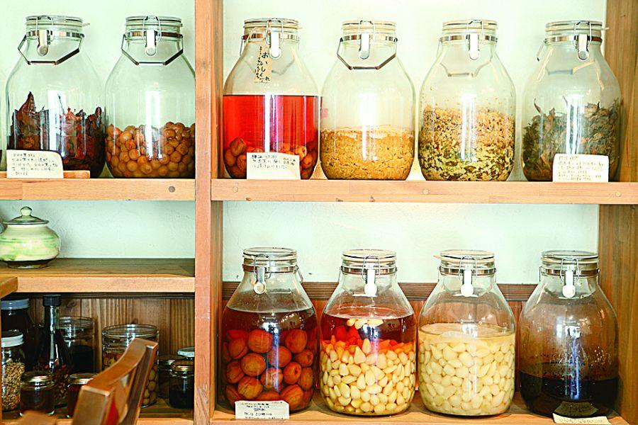 発酵された食材が入った瓶が並ぶ