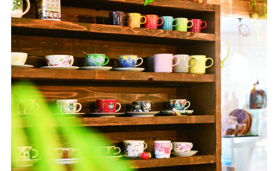 色とりどりのカップが並ぶ