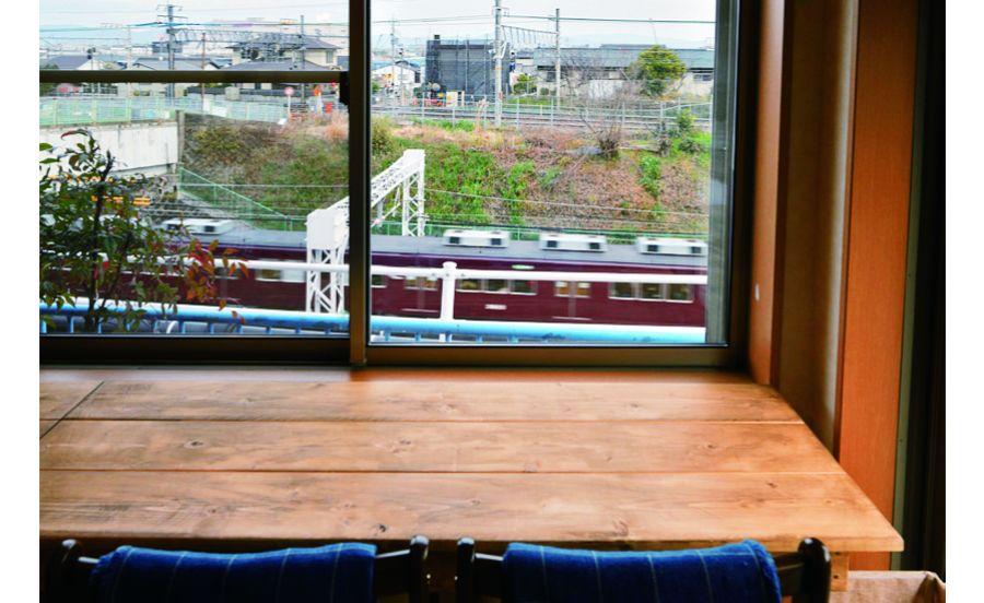 電車ビューな窓際カウンター席