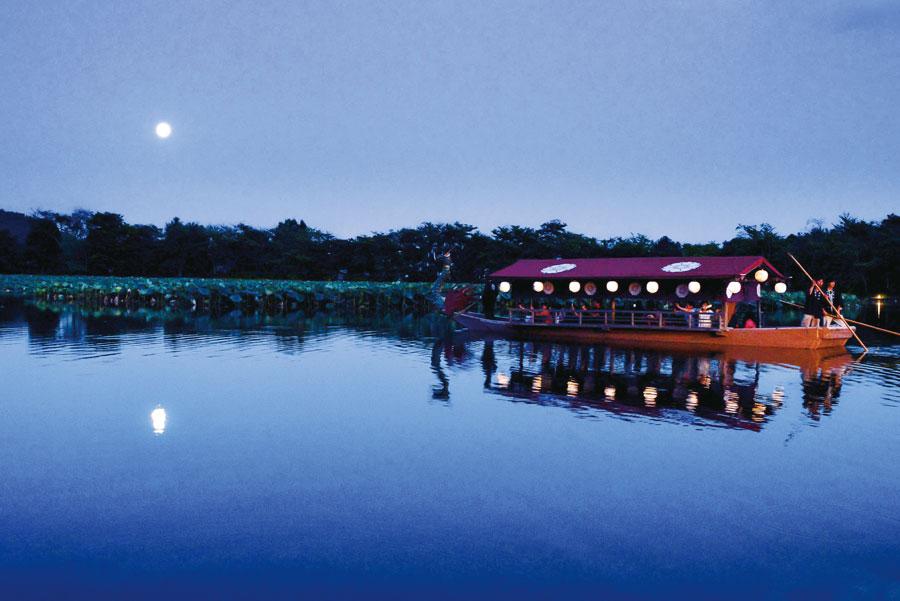 月がのぼる池と池に浮かぶ船