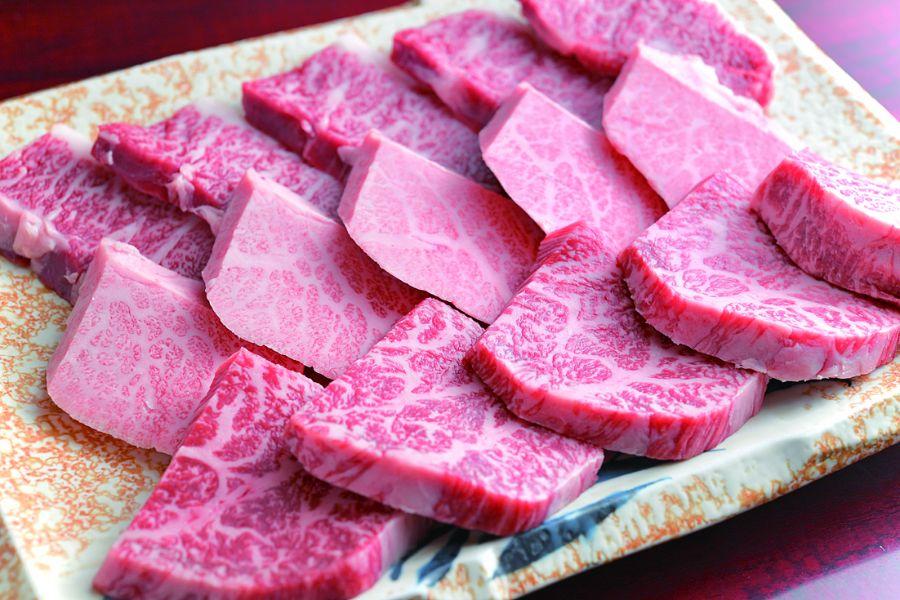 皿に盛られた肉