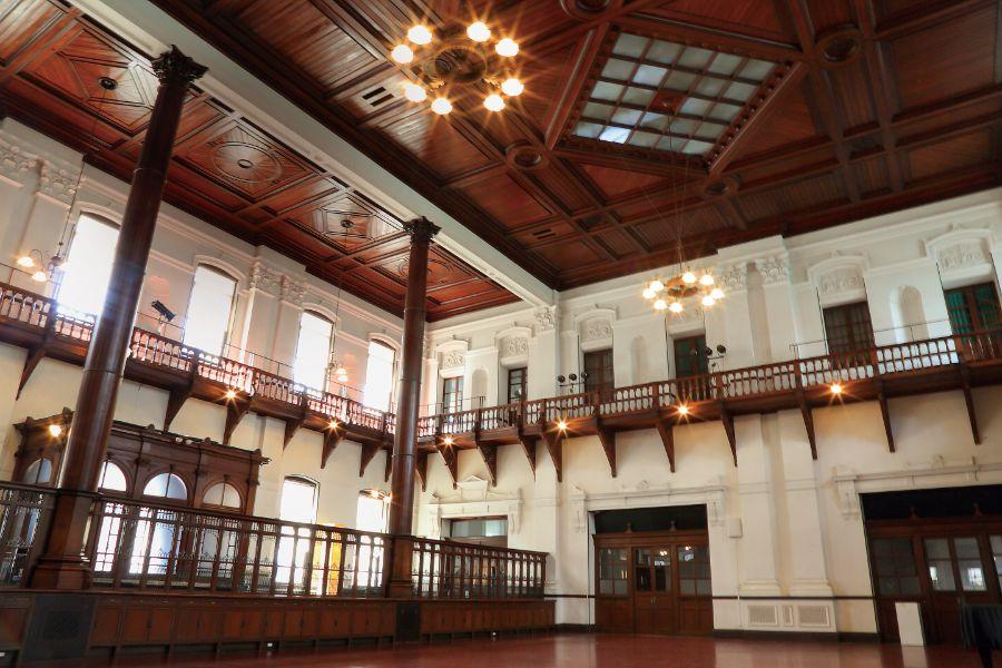 天井まで優雅な装飾の内観