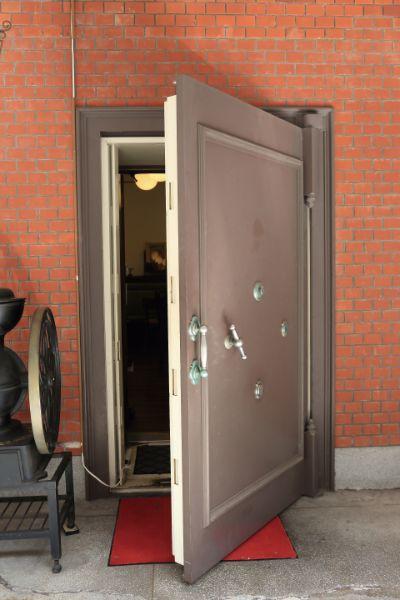 重厚な金庫扉
