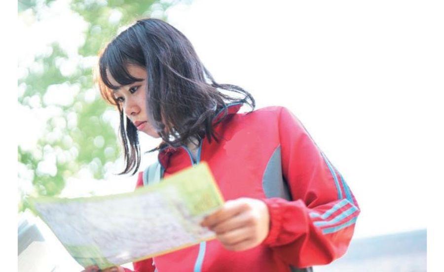 マップを見る女の子