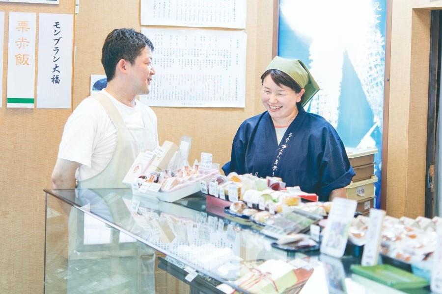 店舗でほほ笑みあう松家光史さん 千英子さんご夫妻