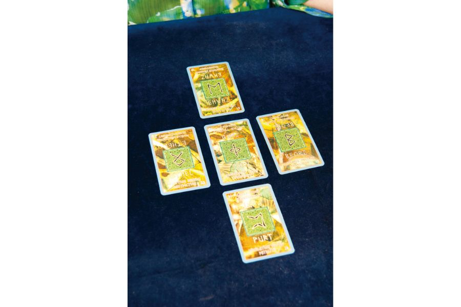 テーブルに置かれた占いのカード