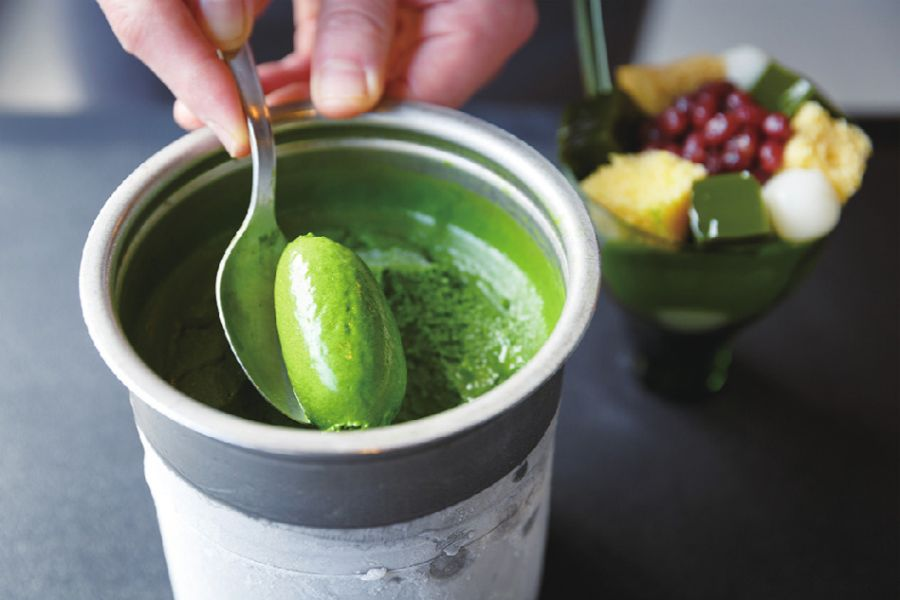 抹茶アイスをトッピングする手元