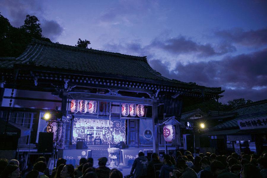 妖艶な光に照らされる法輪寺の本堂
