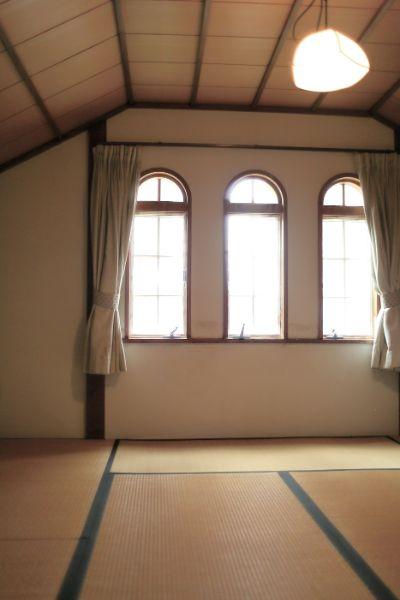 半円形アーチ窓が整然と並んだ部屋