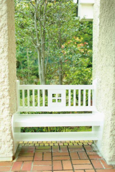 玄関脇のベンチ