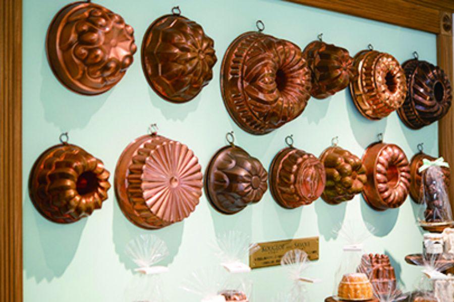 壁に吊るされた焼き菓子の型