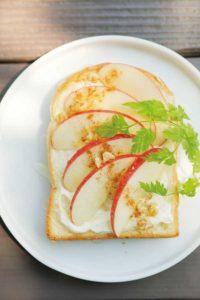 リンゴがトッピングされたトースト