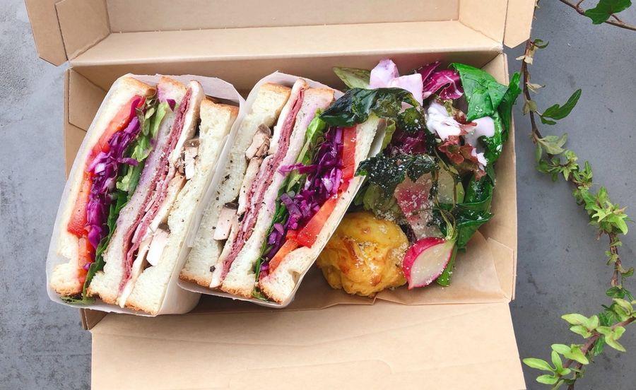具材がたっぷりの彩りもきれいなサンドイッチ
