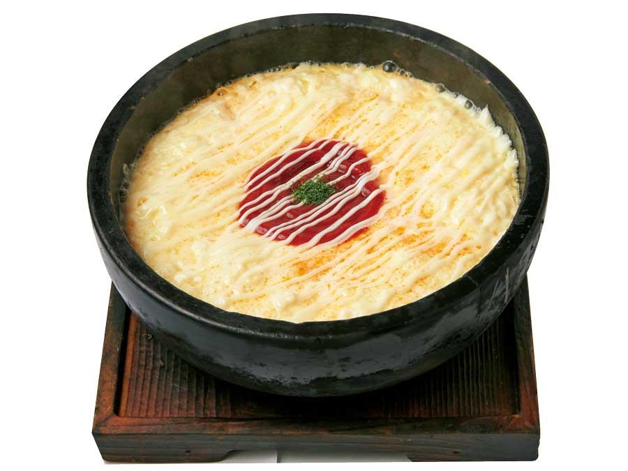 石焼鍋でぐつぐつ煮えたぎるチーズオムライス