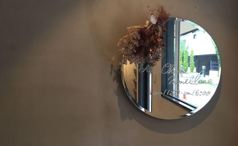鏡にもドライフラワーがかざられています
