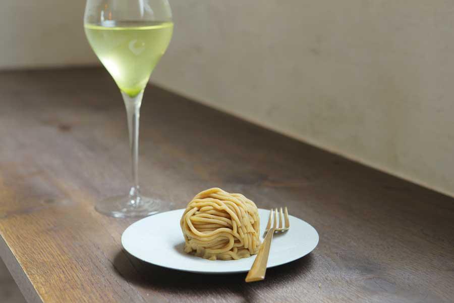 ワイングラスに注がれた日本茶と、モンブラン
