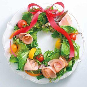 リース型に盛り付けたサラダ