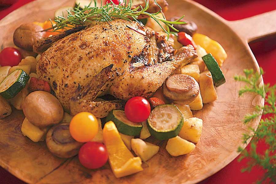 チキンと野菜を盛った皿
