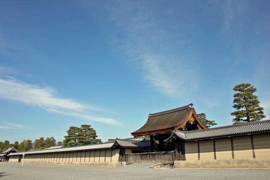 青い空に映える京都御所の建物