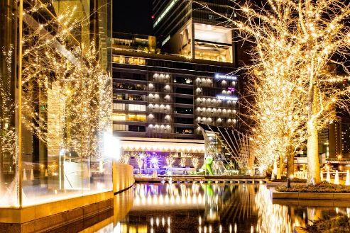 シャンパンゴールドの明かりに照らされるグランフロントの街路