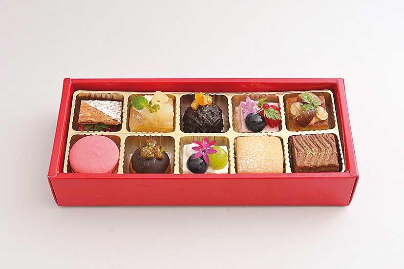 箱に詰められたデザート