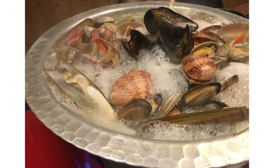 サーブされた時から貝鍋に貝がたっぷり