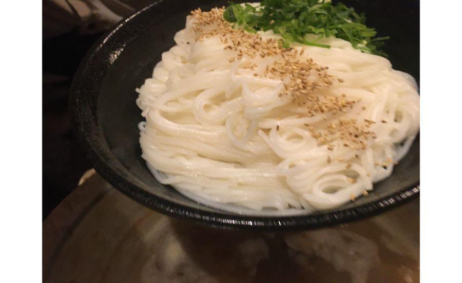 ゴマがアクセントになったお米の麺
