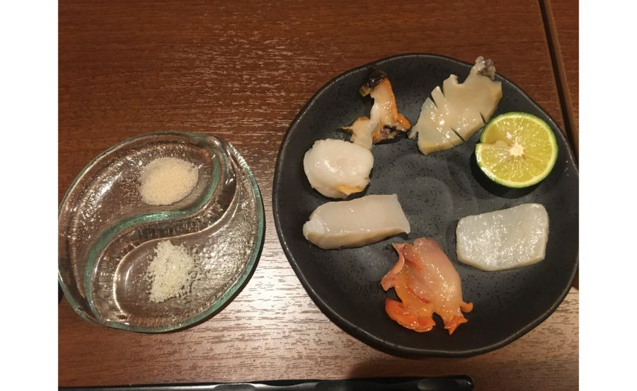 お皿に1つずつ。ひとえに貝といっても形も色も様々