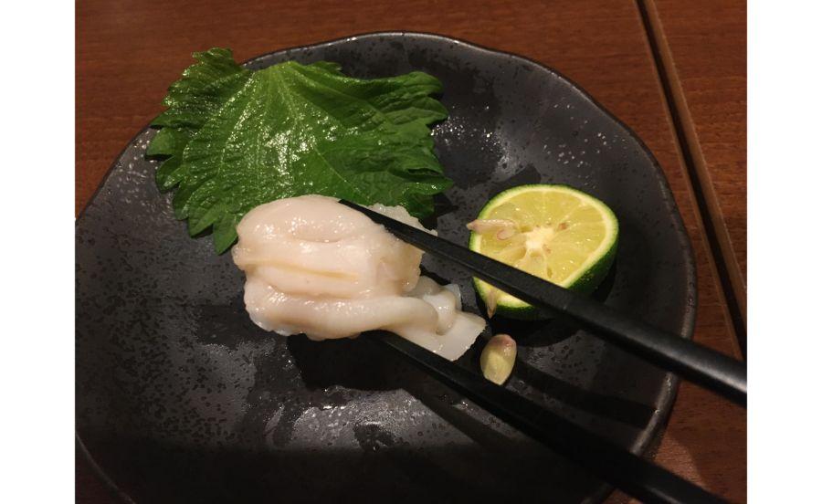 カボスをつけてお塩で食べる貝の刺身