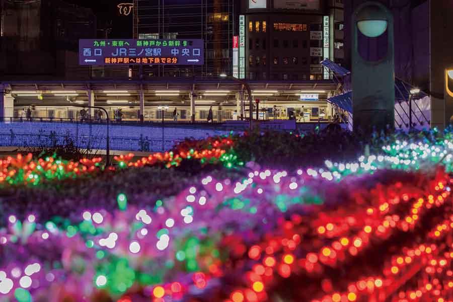 ライトアップされたJR三ノ宮駅前